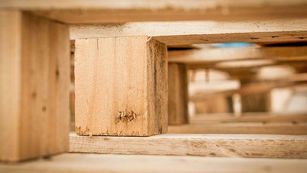 Holzpaletten in Unteransicht