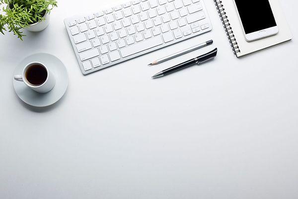 Tastatur, Smartphone, Stifte und Kaffee